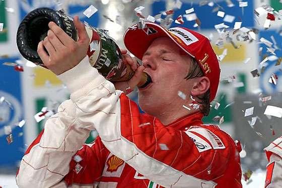 Kimi Raikkonen, Ferrari, celebra no pódio bebendo champagne. Fórmula 1, Grande Prêmio do Brasil, Interlagos, São Paulo, 21 de outubro de 2007